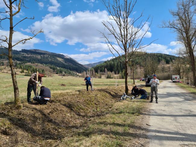 V Rajeckej doline sme čistili brehy rieky Rajčianky a zasadili medonosné stromy pri našich vrtoch